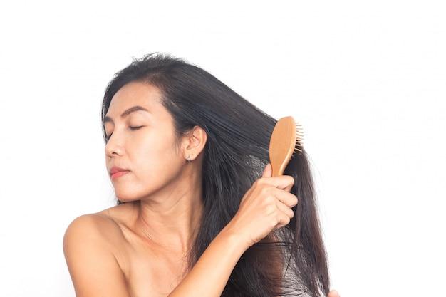 Cabelo preto longo da mulher asiática no fundo branco. saúde e cirurgia