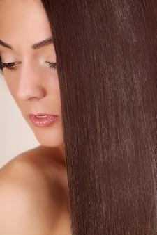 Cabelo. retrato da mulher bonita com cabelo marrom longo.