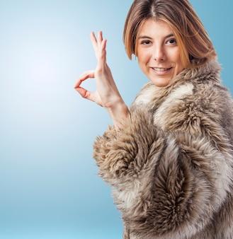 Cabelo retrato do casaco de pele elegante