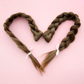 Cabelo trançado em forma de coração com fita