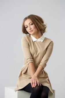 Cabelo vermelho. mulher bonita com cabelo curto. imagem de alta qualidade.