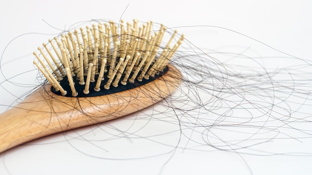 Cabelos caem no pente cabelo caem todos os dias sério problema no fundo branco