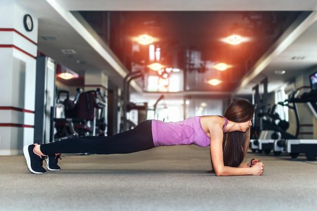 Cabelos longos menina bonita treinando no ginásio