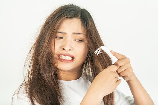 Cabelos secos e problemas com cabelos ásperos.