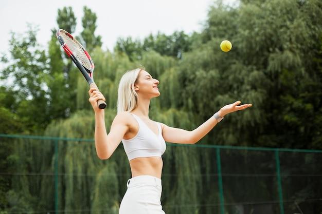 Caber jovem jogando tênis