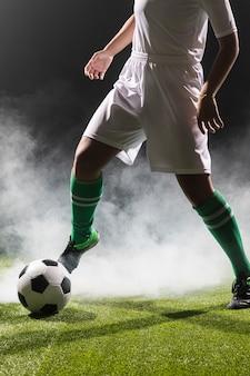 Caber mulher brincando com bola de futebol