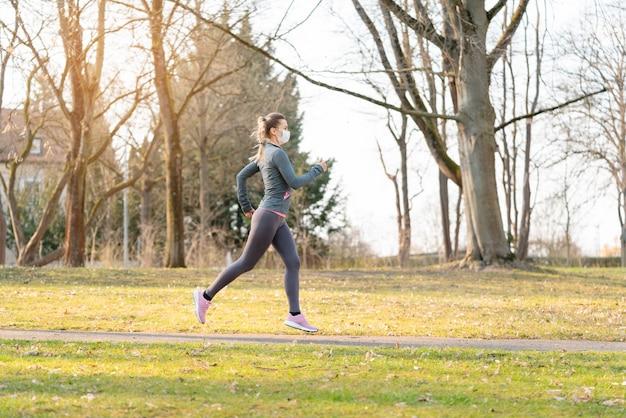 Caber mulher correndo durante crise de saúde com máscara facial