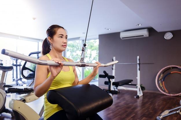 Caber mulher exercitar os músculos do edifício