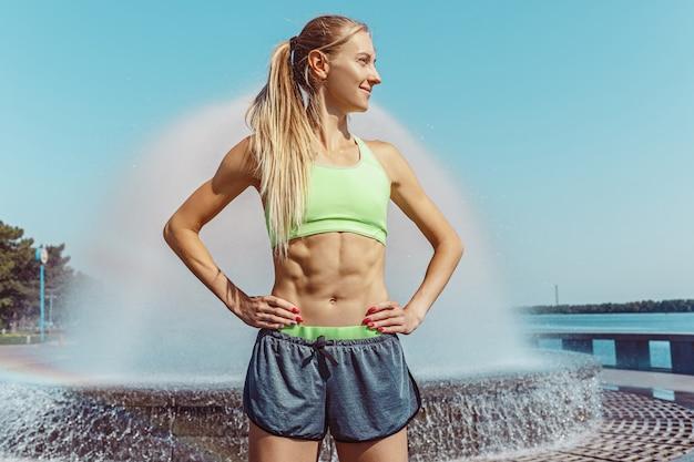 Caber mulher fitness posando na cidade