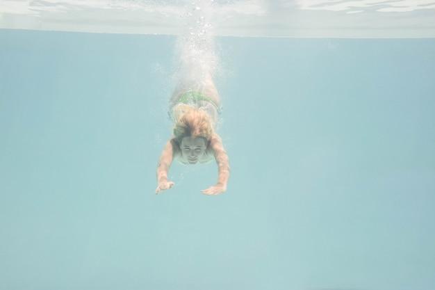 Caber mulher nadar debaixo de água na piscina