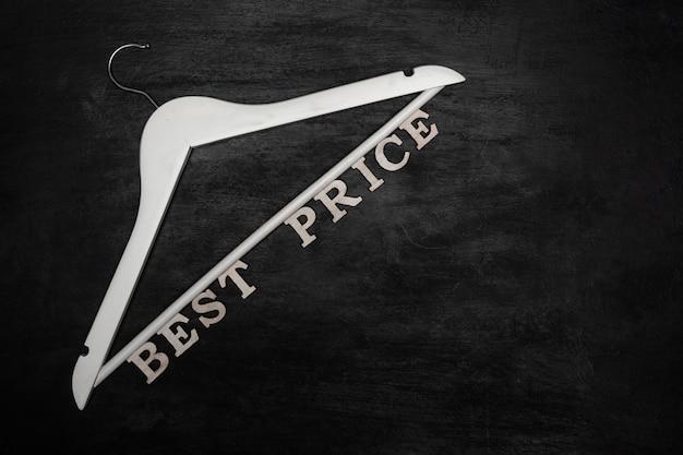 Cabide branco e inscrição best price na superfície preta