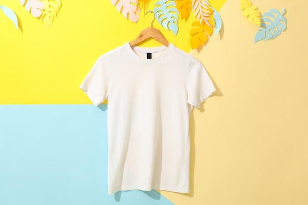 Cabide com camiseta branca em branco no multicolorido