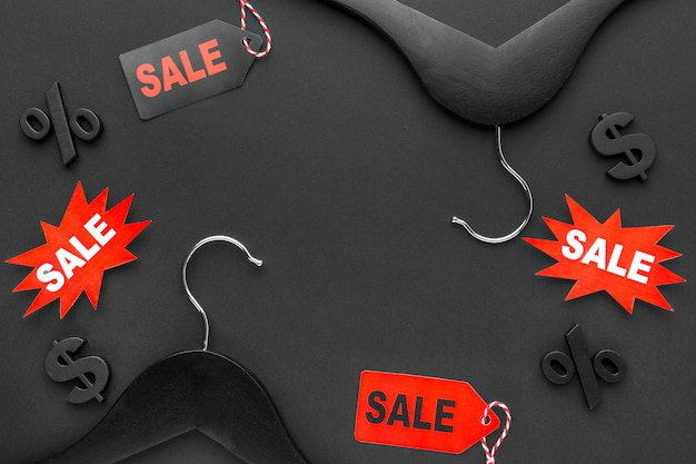 Cabide com venda de rótulos conceito de cyber segunda-feira
