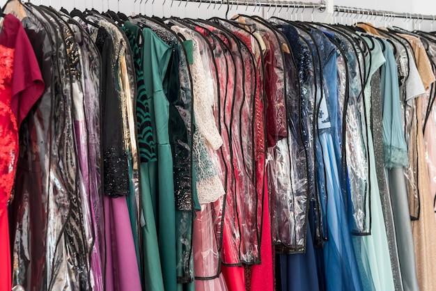 Cabide com vestidos femininos coloridos close-up