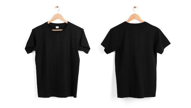Cabide de camiseta preta em branco isolado no espaço em branco.