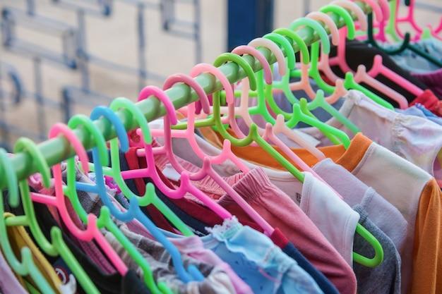 Cabide de roupas coloridas em uma prateleira