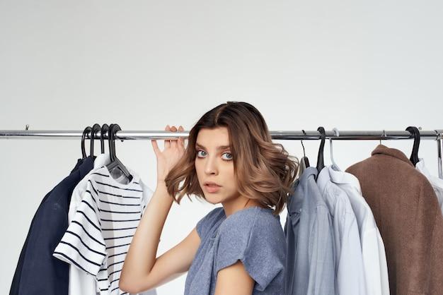 Cabide de roupas de mulher comprando fundo isolado