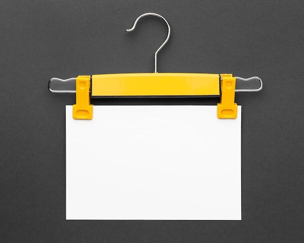 Cabide segurando papel de cópia