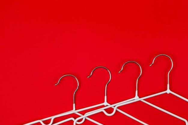 Cabides brancos em vermelho