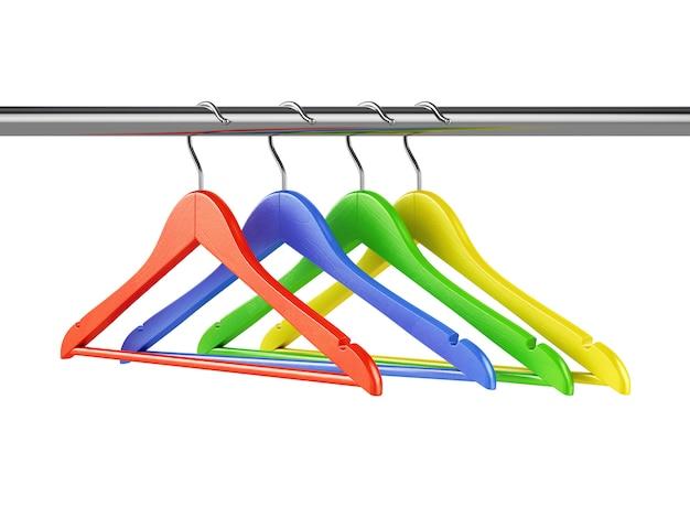 Cabides coloridos no trilho da roupa