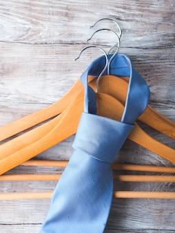 Cabides de madeira com gravata de homem