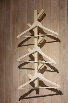 Cabides de madeira para itens de interior cabide para convidados interior para um café e uma casa