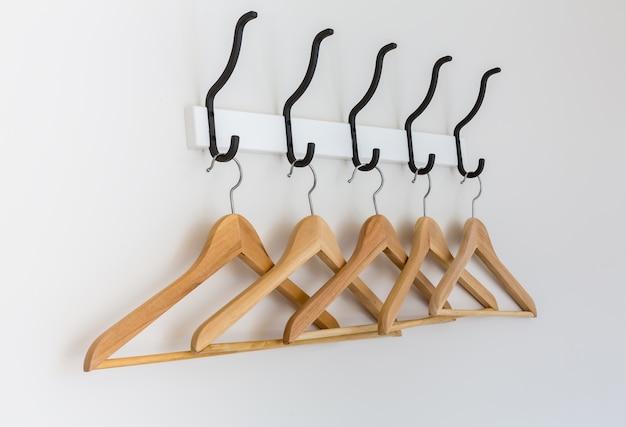 Cabides de madeira pendurados