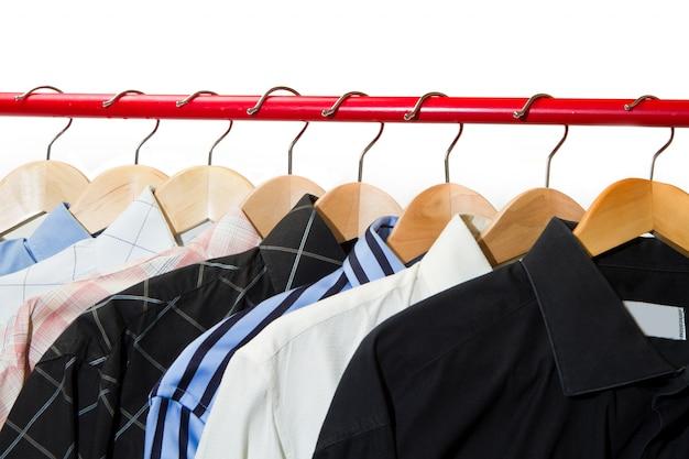 Cabides de pano com camisas