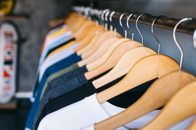 Cabides no trilho de roupas
