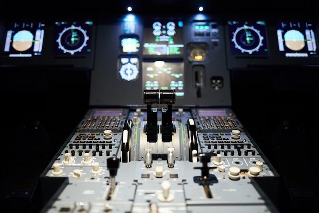 Cabina do piloto de avião com iluminação