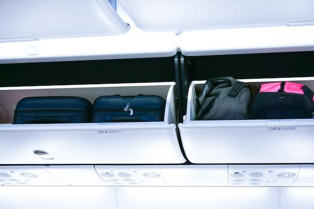 Cabine de avião com compartimentos de bagagem