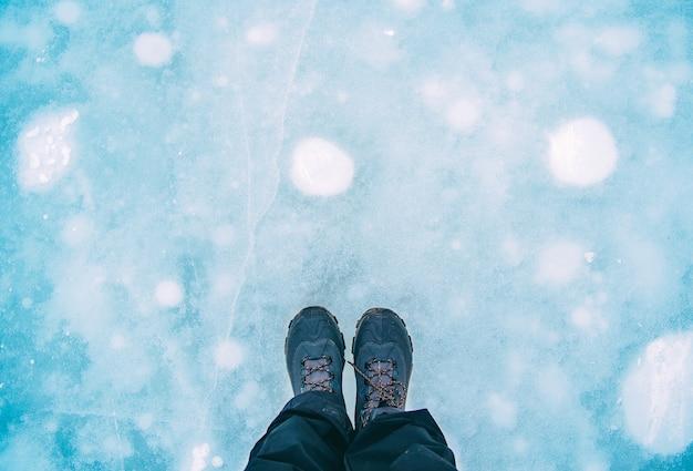 Cabine de viajante em pé na placa de gelo