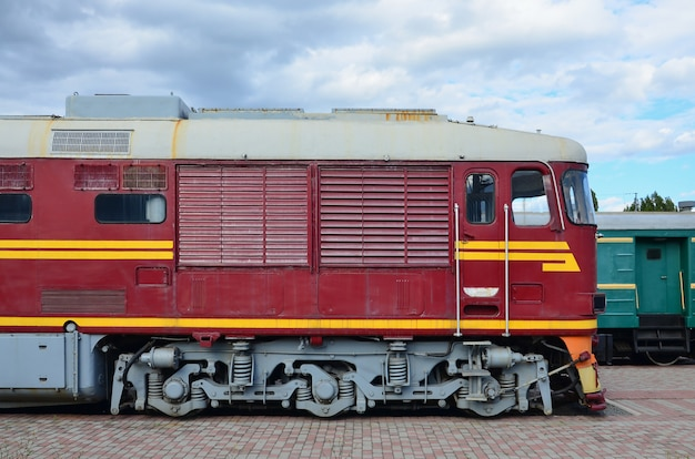 Cabine do trem elétrico do russo moderno. vista lateral, de, a, cabeça, de, trem ferrovia