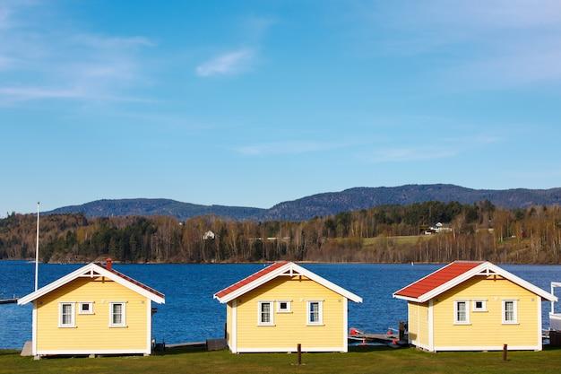 Cabines coloridas com fundo de lago e montanha