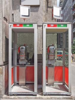 Cabines telefônicas públicas italianas vintage ao ar livre