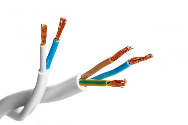 Cabo blindado elétrico com muitos fios isolados no branco