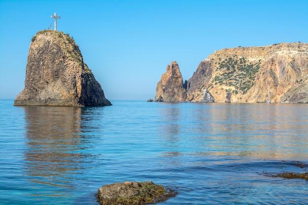 Cabo da baía fiolent, costa íngreme, rochas de origem vulcânica.