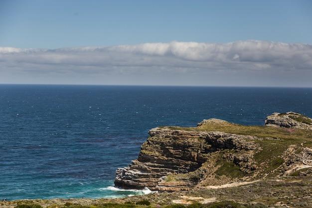 Cabo da boa esperança, com céu azul e algumas nuvens.