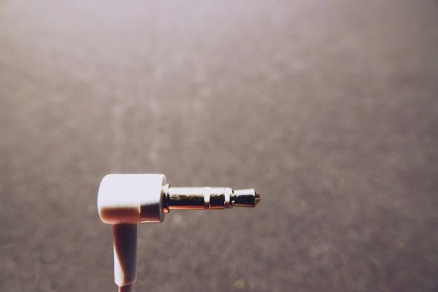 Cabo de áudio branco em fundo preto