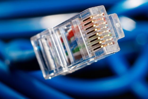Cabo de conexão de rede lan azul sobre fundo preto