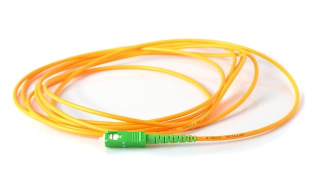 Cabo de fibra óptica em fundo branco