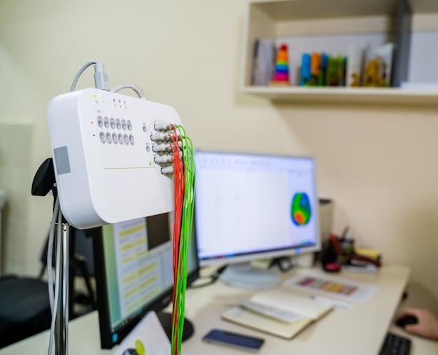 Cabo do monitor eeg. médico perto de técnica médica. acessório para máquina de eletroencefalografia.