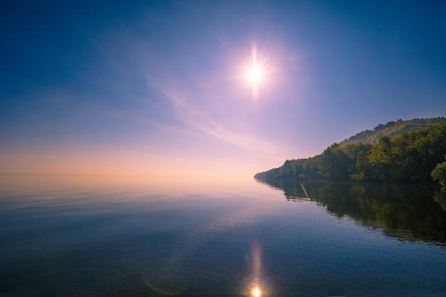 Cabo em um mar calmo em uma manhã nublada de outono