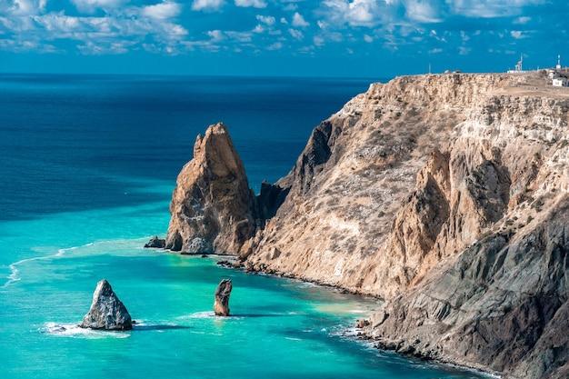 Cabo no mar com água azul