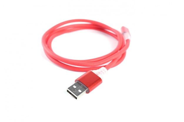 Cabo usb vermelho para carga de smartphone isolado