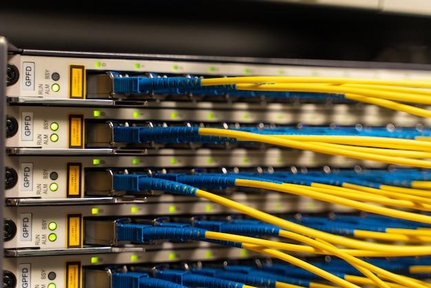 Cabos conectados a servidores em uma sala de cabos