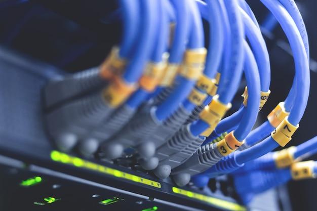 Cabos da rede conectados nos interruptores de rede - conceito do centro de dados.