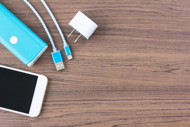 Cabos de carregamento usb com banco de smartphone e bateria em vista superior