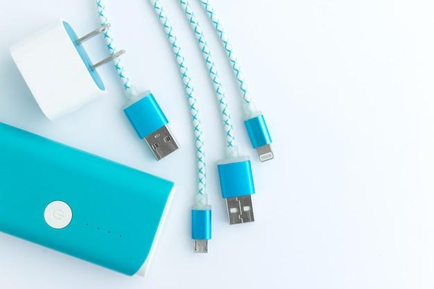 Cabos de carregamento usb com smartphone e banco de baterias na vista superior