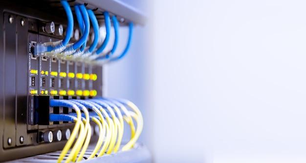 Cabos de fibra óptica de rede e hu